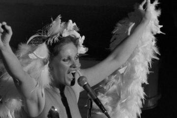 Diane Dufresne à Paris - Couverture pour l'article Top 12 des Chansons Québécoises à Jouer au Ukulélé pour Célébrer le Jour de la Femme